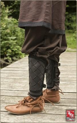 Beinschienen aus Lederbändern